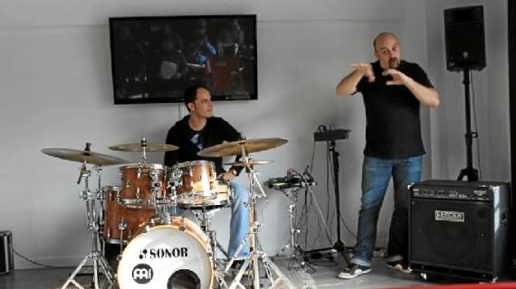 Bateristas zaragozanos comparten una sesión a ritmo de bombo y platillo con Miguel Ángel Mercadal