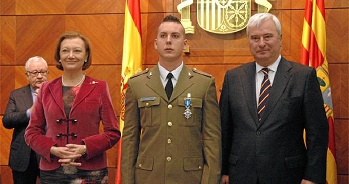 Condecorado un militar tras rescatar a una mujer en el Ebro