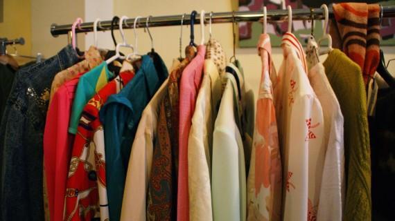 El barrio de Santa Isabel organiza un mercadillo de moda para impulsar la compra en el pequeño comercio