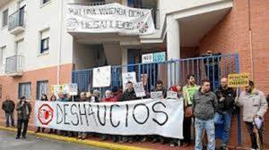 Fotografía de una protesta para evitar un desahucio en España.