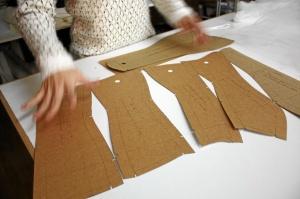 Matha nos muestra los patrones base de un corsé. / Foto: Nerea Beatove.