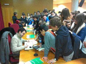 Jóvenes y adultos disfrutan de las novelas de David Lozano.