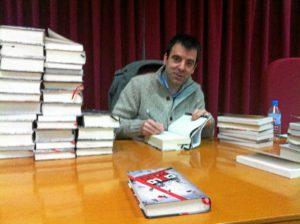 David Lozano durante una firma de su novela 'Cielo Rojo'.