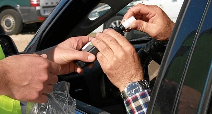 Un conductor realiza una prueba con un alcoholímetro.