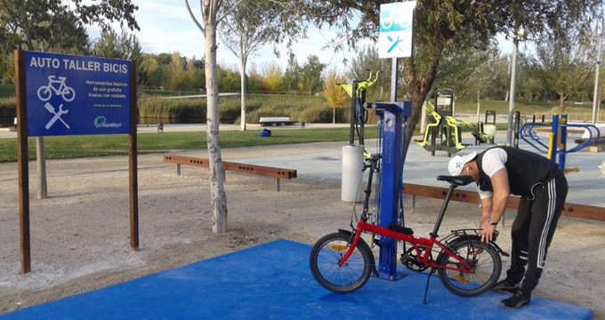 Zaragoza cuenta con un autotaller para reparar bicicletas y patines de forma gratuita