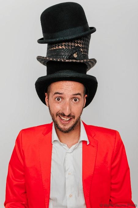 Diego Peña, cómico y humorista de Zaragoza, está actualmente presentando 'Big Bang Doble' y 'Sombredosis' / Foto: Diego Peña