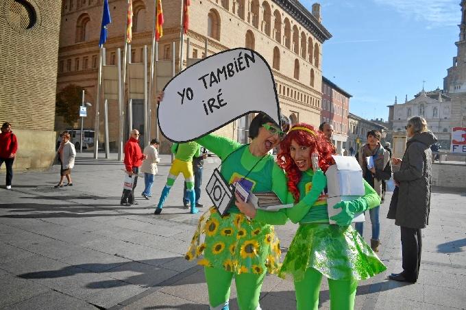 Los 'SuperInsercionadores' conquistan a los viandantes para anunciar la gran feria de los negocios de Zaragoza