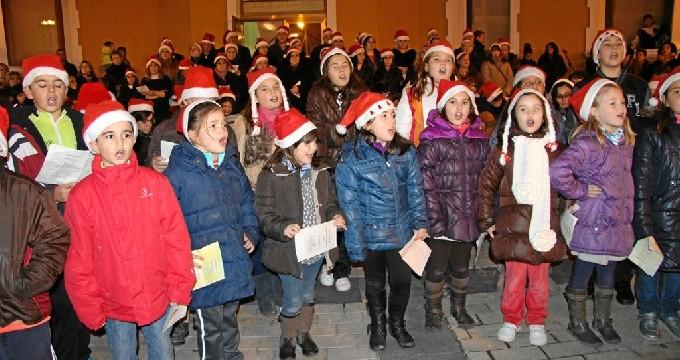 La Escuela Municipal de Folclore de Ejea celebra la Navidad cantando villancicos