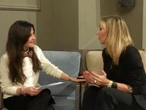 Ángela, entrevistando a Marta Robles.