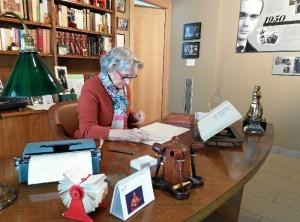 Presidenta de la Fundación con manuscrito.