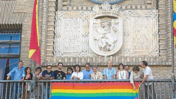 La bandera del colectivo LGTBIQ ondea en el Ayuntamiento de Zaragoza