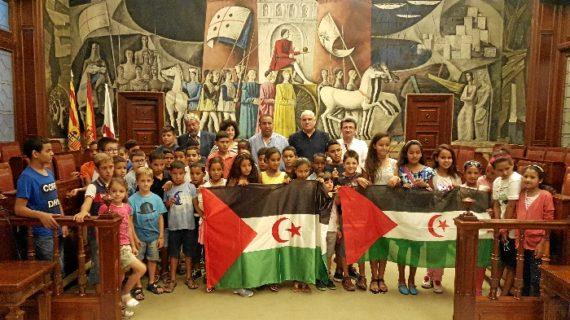 Zaragoza recibe a los niños saharauis que pasan el verano en Aragón gracias al proyecto Vacaciones en Paz
