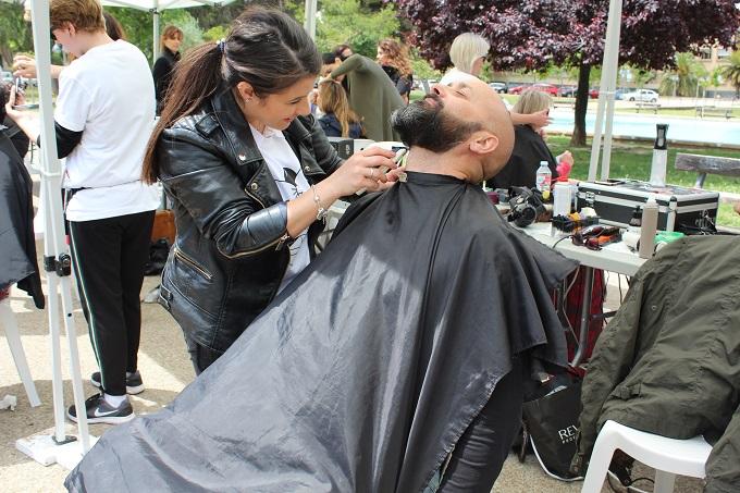 El campus se deja maquillar y cortar el pelo de forma solidaria contra el cáncer de colon