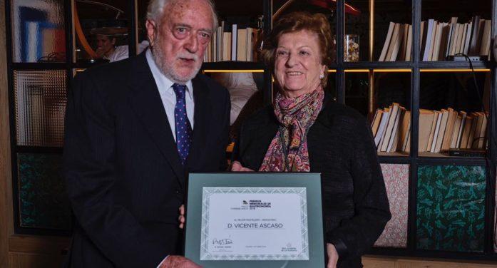 Vicente Ascaso recibe el Premio Memorial al mejor pastelero repostero.