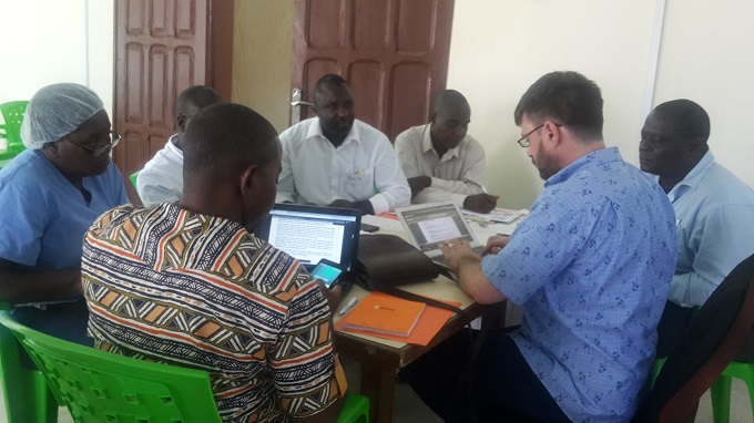 Martínez Pérez formando a investigadores en Monrovia, Liberia, en el marco de un proyecto EDCTP.