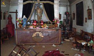 Estado en el que quedó el interior de la ermita de Tauste tras el asalto.