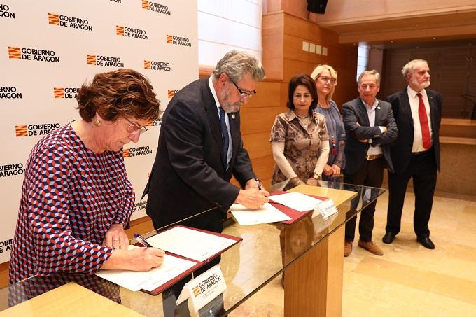 María Victoria Broto y José Antonio Mayoral firman el convenio de colaboración entre el Gobierno de Aragón y la UZ.