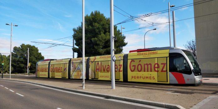 Tranvía de Zaragoza con publicidad en su exterior.