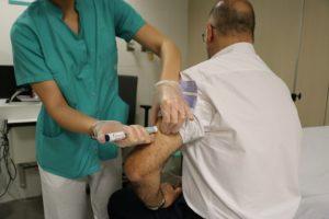 Un sanitario administra Erenumab a un paciente.