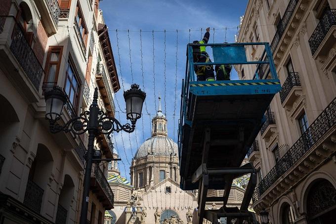 Colocación del alumbrado navideño en las calles de Zaragoza.