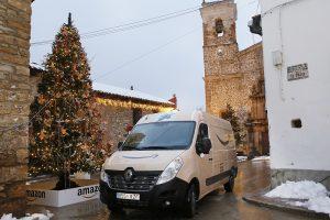 Las furgonetas de Amazon llevaron el material navideño a Valdelinares.