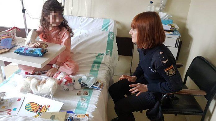 Policía Nacional arranca sonrisas a niños hospitalizados en Zaragoza