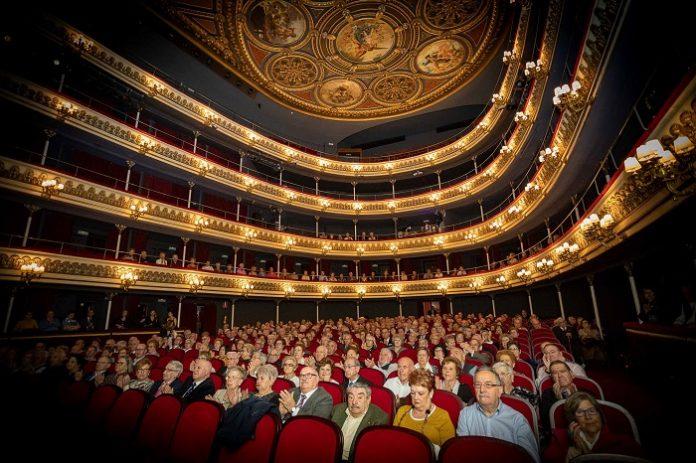 175 parejas celebran sus bodas de oro en el Teatro Principal de Zaragoza