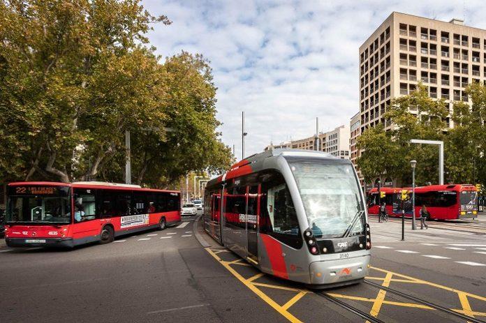 Zaragoza amplía a todos los miembros el descuento en transportes para familias numerosas