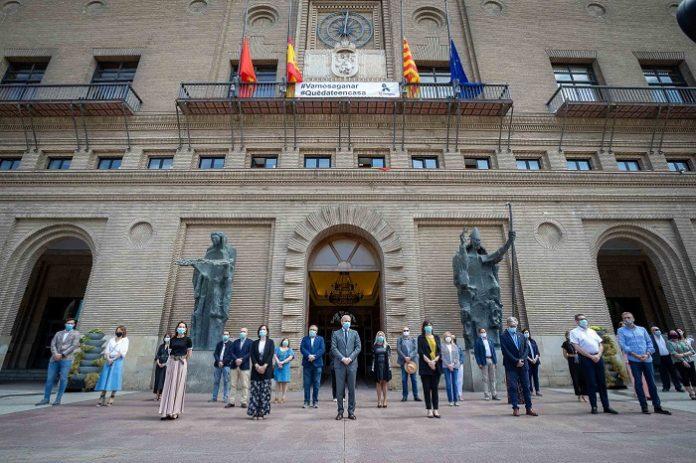 Zaragoza guarda silencio por las víctimas del coronavirus