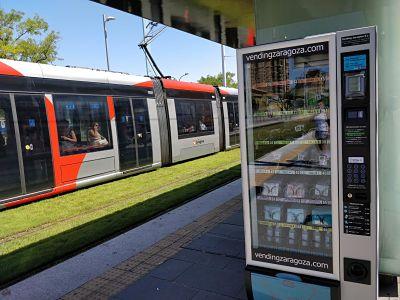 Nuevas máquinas expendedoras de mascarillas e hidrogel en paradas del tranvía