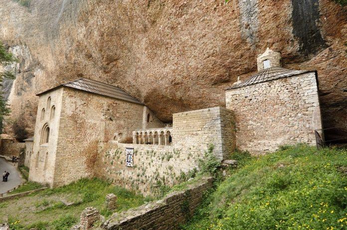 Los Reyes visitan Huesca para inaugurar una sala en San Juan de la Peña