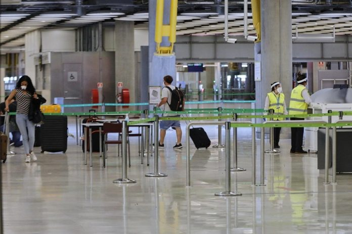 Turistas extranjeros cumplimentarán formularios de salud pública antes de viajar a España