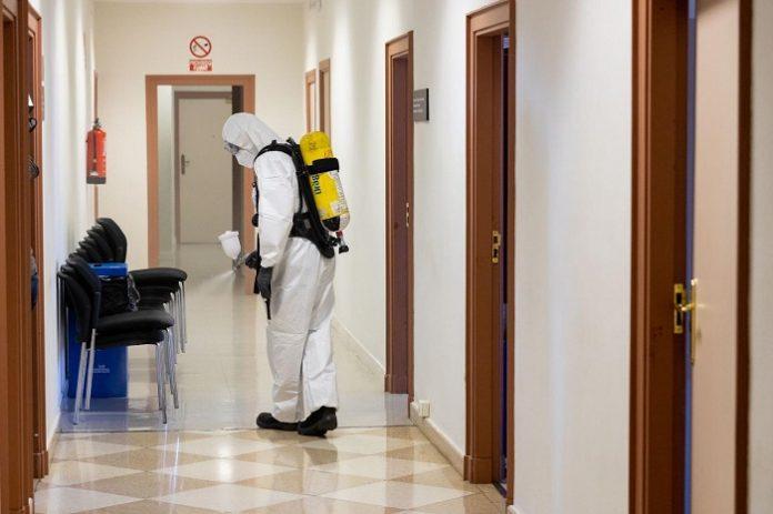 Bomberos desinfectan la tercera planta del Ayuntamiento de Zaragoza