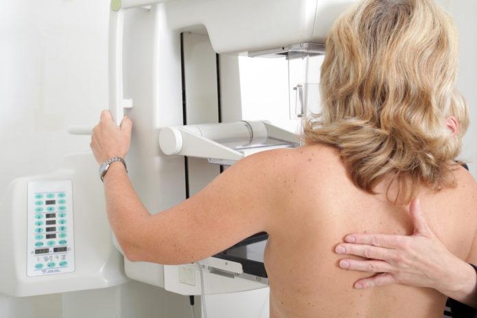 Mascarillas y guantes rosa para sensibilizar sobre el cáncer de mama