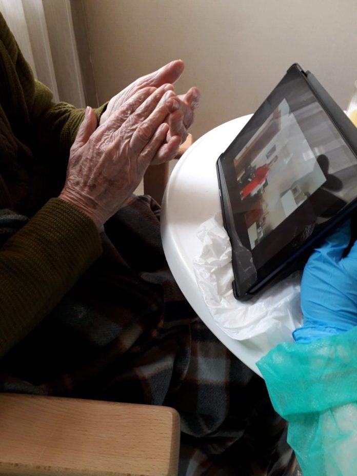 La música conecta a personas aisladas en hospitales y residencias con sus familiares