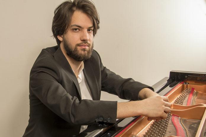 Javier Montañés, ganador de la beca de piano Pilar Bayona
